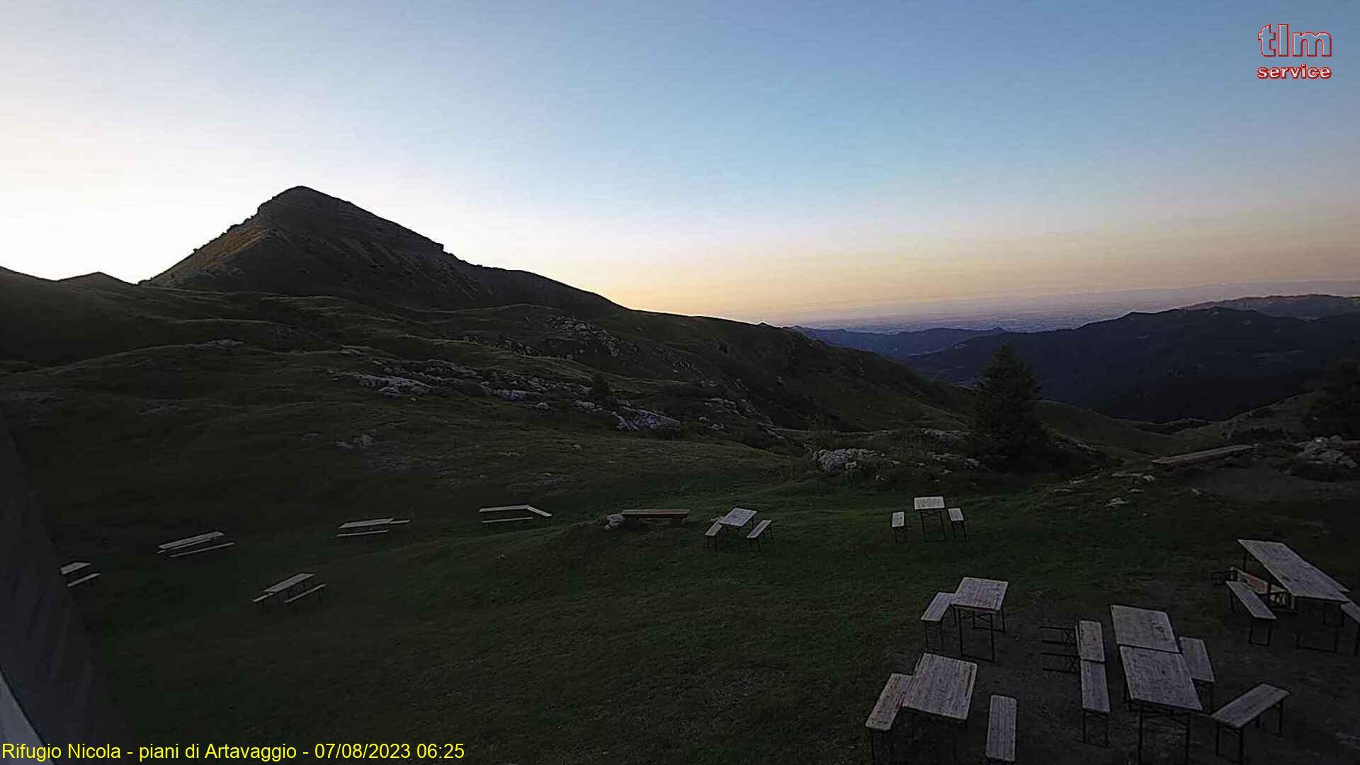 Webcam posizionata al rifugio Nicola (Piani di Artavaggio) con vista sul Monte Sodadura.